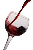Rotwein goß in ein Glas Stockfotos