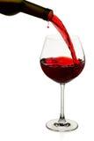 Rotwein goß innen ein Glas Stockbilder