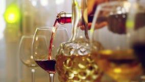 Rotwein goss in Glas in der Zeitlupe auf gedienter Tabelle 1920x1080 stock video footage