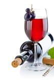 Rotwein im Glas mit Trauben Stockbilder