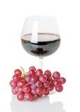 Rotwein im Weinglas mit Trauben lizenzfreies stockbild