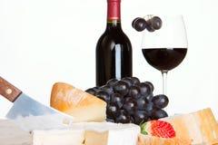 Rotwein, Käse und Trauben Stockbild