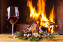 Rotwein am Kamin verziert für Weihnachten Stockbilder