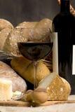 Rotwein mit Chesse und Brot Stockbild