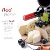 Rotwein mit französischer Käseauswahl Stockbilder