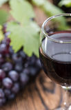 Rotwein mit frischen Trauben Stockfotografie
