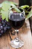 Rotwein mit frischen Trauben Lizenzfreies Stockbild