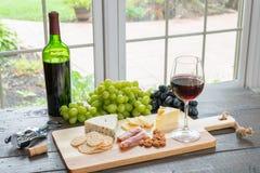 Rotwein mit Käse stockfotografie