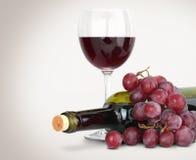 Rotwein mit Trauben stockfotografie