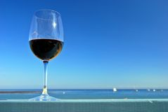 Rotwein am Strand stockfoto