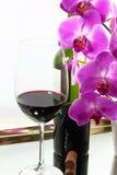 Rotwein u. Orchideen Lizenzfreie Stockfotografie