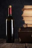 Rotwein und alte Bücher Stockbilder