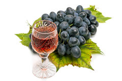 Rotwein und dunkle Trauben Lizenzfreie Stockfotografie