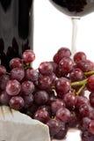 Rotwein und Nahaufnahme auf Trauben lizenzfreie stockbilder