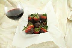 Rotwein-und Schokoladen-Erdbeeren Stockbild