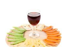 Rotwein und verschiedene Arten des Käses auf einer Platte Stockfoto