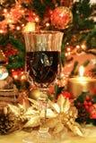 Rotwein und Weihnachtsdekor Stockfotografie