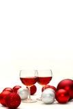 Rotwein-und Weihnachtsdekorationen lokalisiert auf weißem Hintergrund Lizenzfreie Stockbilder