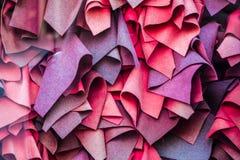Rotwein, verschiedene Schatten viele Schals liegen in der Nähe Schönes Showfenster Hintergrund oder Beschaffenheit stockfoto
