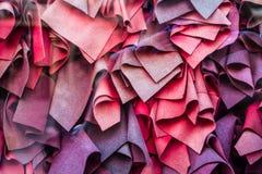 Rotwein, verschiedene Schatten viele Schals liegen in der Nähe Schönes Showfenster Hintergrund oder Beschaffenheit stockbild