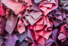Rotwein, verschiedene Schatten viele Schals liegen in der N?he Sch?nes Showfenster Hintergrund oder Beschaffenheit lizenzfreie stockfotografie