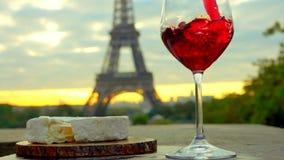Rotwein wird in ein Glas gegossen Der Eiffelturm stock video