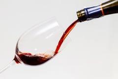 Rotweinaufschlag in das Glas Stockfoto