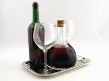 Rotweine auf Mehrlagenplatte stockfotos