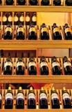 Rotweine auf Speicherregal Lizenzfreies Stockbild