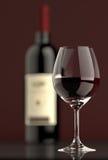 Rotweinflasche mit Glas Stockfoto