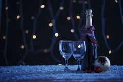 Rotweinflasche mit Weihnachtsball auf Tabelle lizenzfreies stockfoto