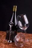 Rotweinflasche und -gläser Stockbild