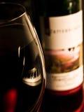 Rotweinflasche und -glas Stockfoto
