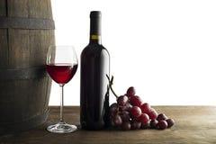 Rotweinflasche und -glas lokalisiert auf Weiß lizenzfreies stockbild