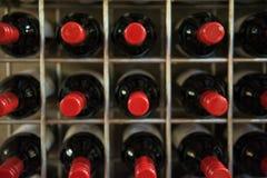 Rotweinflaschen in einem Keller lizenzfreies stockbild