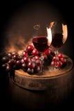 Rotweinglas auf hölzernem Fass stockbilder