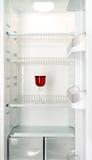Rotweinglas in einem Kühlraum Stockbild