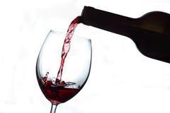 Rotweinglas und -flasche Stockbild