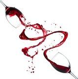 Rotweinspritzen auf weißem Hintergrund Stockfoto
