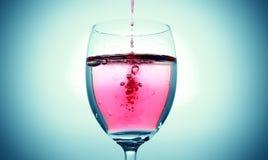 Rotweinspritzen von einem Glas Stockfotos