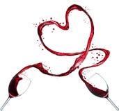 Rotweinspritzenherz auf weißem Hintergrund stockfotografie