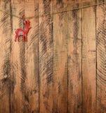 Rotwild auf einem hölzernen Hintergrund Neues Jahr Weihnachten Lizenzfreie Stockfotos