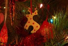 Rotwild auf Weihnachtsbaum Stockfoto