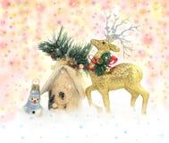 Rotwild, Schneemann und Haus auf Schein Weihnachtshintergrund Stockbilder