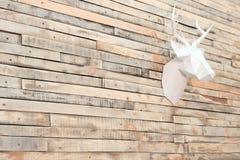 Rotwildkopf hergestellt vom Papier auf einer Wand von hölzernen Latten Ansicht schräg Designerhintergrund für Dekoration im Raum  stockbild