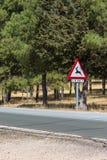 Rotwildstraßenschild auf einer Gebirgsstraße Lizenzfreie Stockfotos