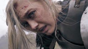 Rotziger und verletzter Frauenritter dreht ihren Kopf an der Kamera, Zeitlupe stock video footage
