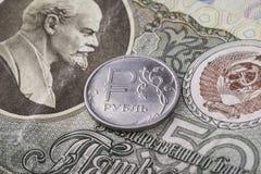 Rouble moderne de pièce de monnaie sur le vieux billet de banque de l'URSS Photographie stock libre de droits