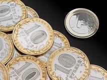 Roubles et euro de pièces de monnaie Photos stock