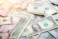 5000 roubles för modell för bakgrundsbillspengar Amerikanska dollar i strålar av solen Arkivfoto